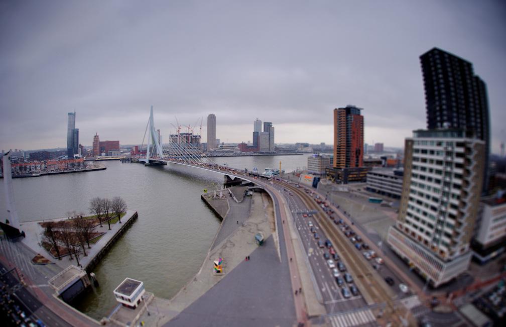 Uitzicht op de Erasmusbrug vanaf het balkon van het Inntel Hotel in Rotterdam