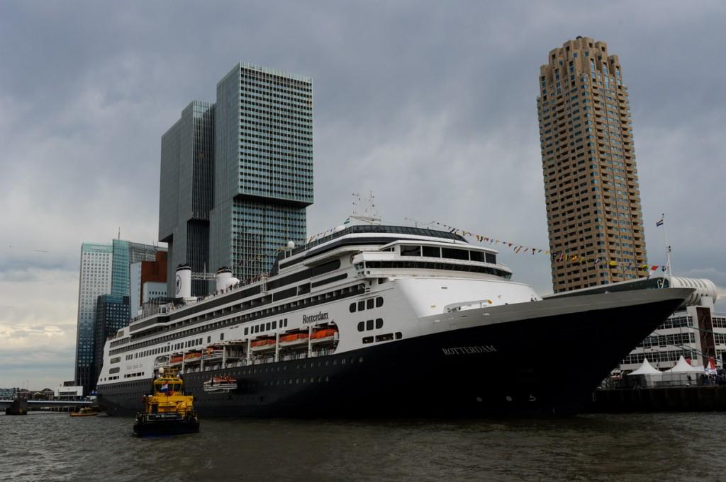 ms Rotterdam aangemeerd naast De Rotterdam