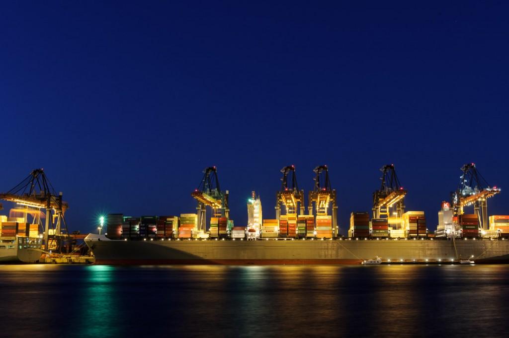 Containers stapelen op de Maasvlakte in Rotterdam